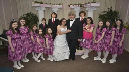 صور من منزل الرعب ..  أب يحتجز أبناءه الـ12 مقيّدين بالسلاسل