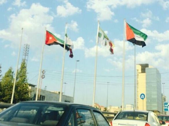 """أمانة عمان ترفع علم الأردن """"بالمقلوب"""" .. صورة .. و الأمانة تصوب وضعه"""