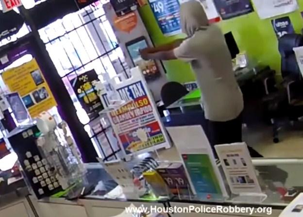 بالفيديو  ..  لص يقع في فخ اثناء تنفيذه سطو مسلح ادى الى القبض عليه متلبساً