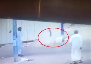 فيديو صادم يُظهر لحظة ارتطام شخص بالأرض بعدما سَقط من علو