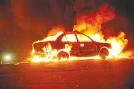 بالفيديو ..  حريق يلتهم مركبة على طريق المطار