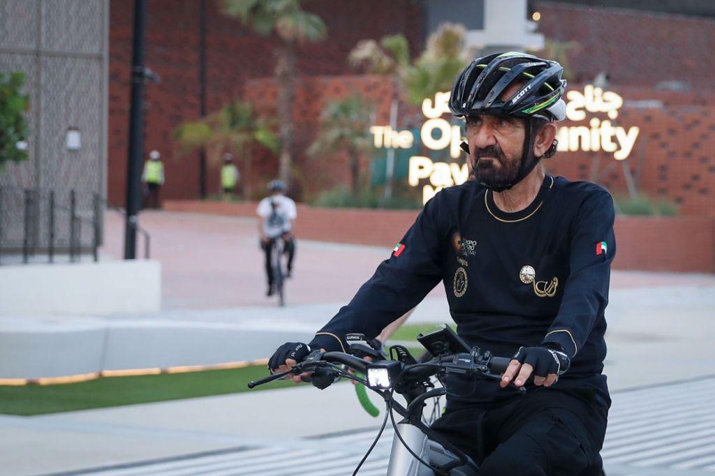 محمد بن راشد يقوم بجولة على الدراجة الهوائية