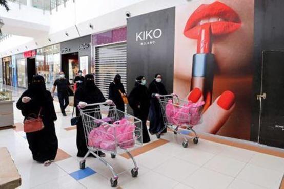 السعودية تمنع دخول غير المطعمين للمراكز التجارية