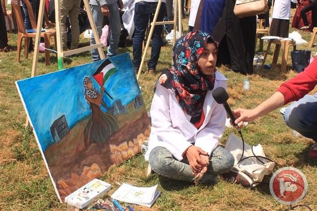 """""""آية مغاري"""" فلسطينية تجسد الثورة والفن بلوحاتها"""