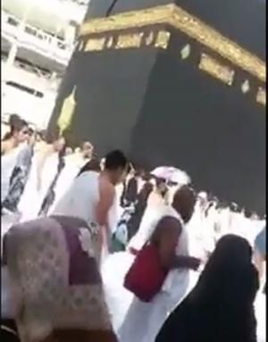 """بالفيديو ..معتمر يطوف حول الكعبه ويدعي """"اللهم زوجني مزيونه"""".. ويجبر زوجته على قول """"آمين"""""""
