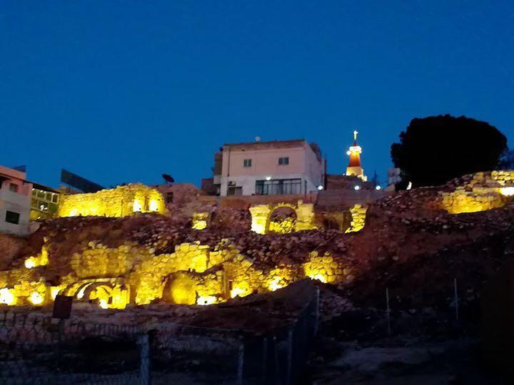 """إضاءة تل مادبا الأثري بحملة """"بدينارك بتحيي دارك"""" ..  صور"""