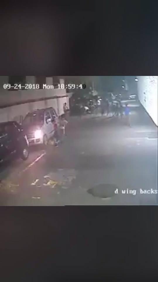 بالفيديو  ..  لحظة نجاة طفل من موت محقق بعد ان دهسته مركبة