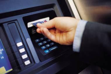 اربد : إمرأة تقتحم سيارة مواطن وتمزق ثيابها وتهدده.. بعد ان سحب نقود من البنك