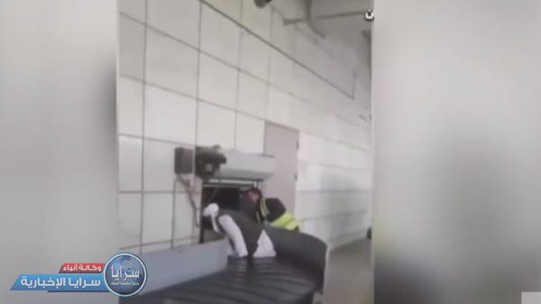 """فيديو طريف لعنصر من طالبان يلعب على """"ناقلة"""" حقائب مطار كابل"""