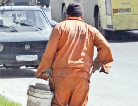 تزاحم على وظيفة (عامل وطن)