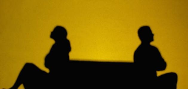 تعرف على حكم امتناع المرأة عن فراش زوجها بحجة أنه لا يصلي