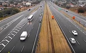 بالفيديو : غفوة سائقة تتسبب بكارثة لها في دولة اجنبية
