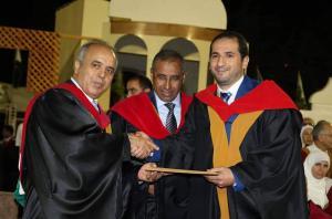 مبارك جائزة الباحث المتميز للدكتور محمود مقابلة