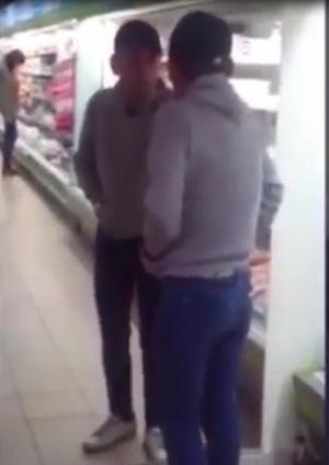 """بالفيديو : مخمور يتشاجر مع """" انعكاس صورته """" في المرآة في أحد الأسواق التجارية"""