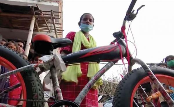 مراهقة هندية تنقل والدها الجريح 750 ميلاً على دراجة هوائية