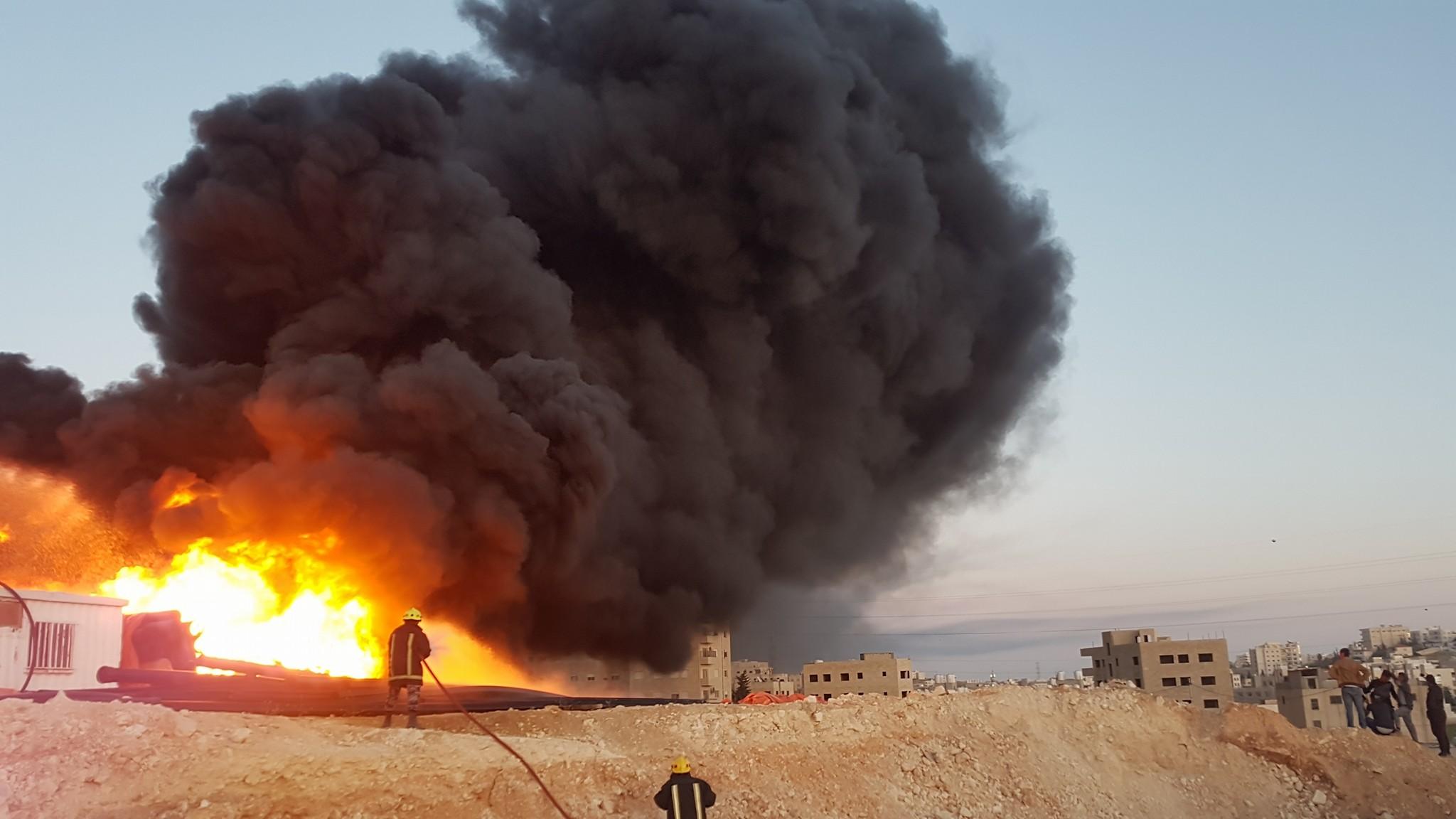 بالصور.. حريق يلتهم مستودع للمواد البلاستيكية في المقابلين