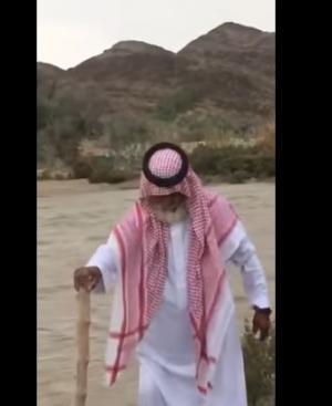 بالفيديو.. مقطع مؤثر لمسن سعودي يريد قطع سيل جارف لانقاذ ابناءه