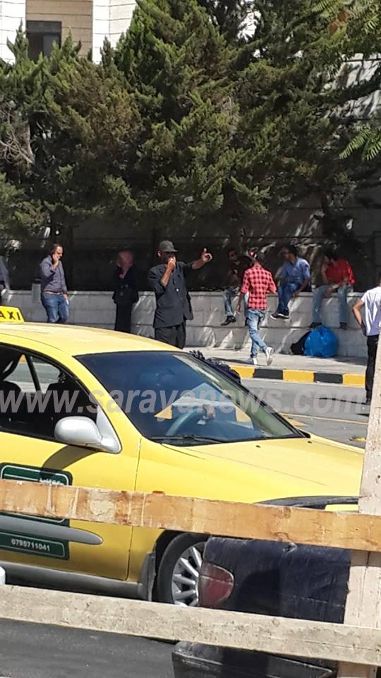 """بالفيديو  ..   """"فاقد للاهلية """" يقف بمنتصف الشارع بصافرته منذ (10) اشهر في العبدلي ويعرض حياته والاخرين للخطر"""