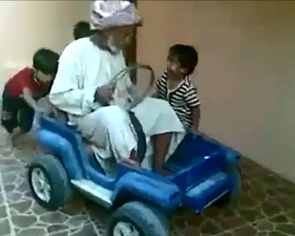 بالفيديو  ..  شاهد طريقة مسن سعودي في قيادة سيارة أطفال