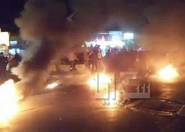 بالصور .. إشعال للإطارات على دوار جرش ومطالبات بترحيل السوريين