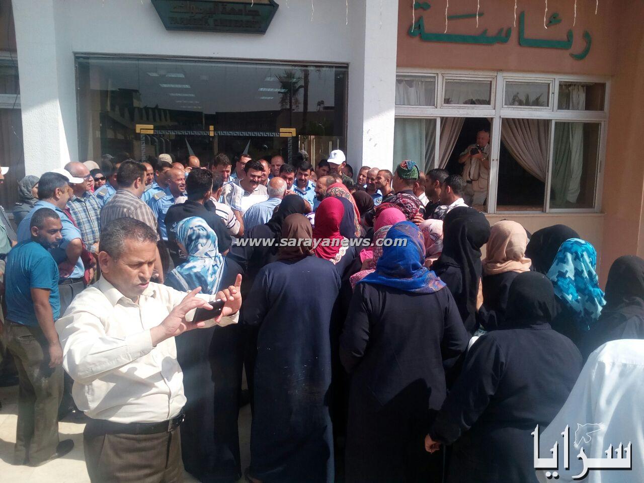 بالصور  ..  موظفو  المياومة بجامعة اليرموك يقتحمون مكتب الرئيس للمطالبة بإحتساب سنوات خدمتهم