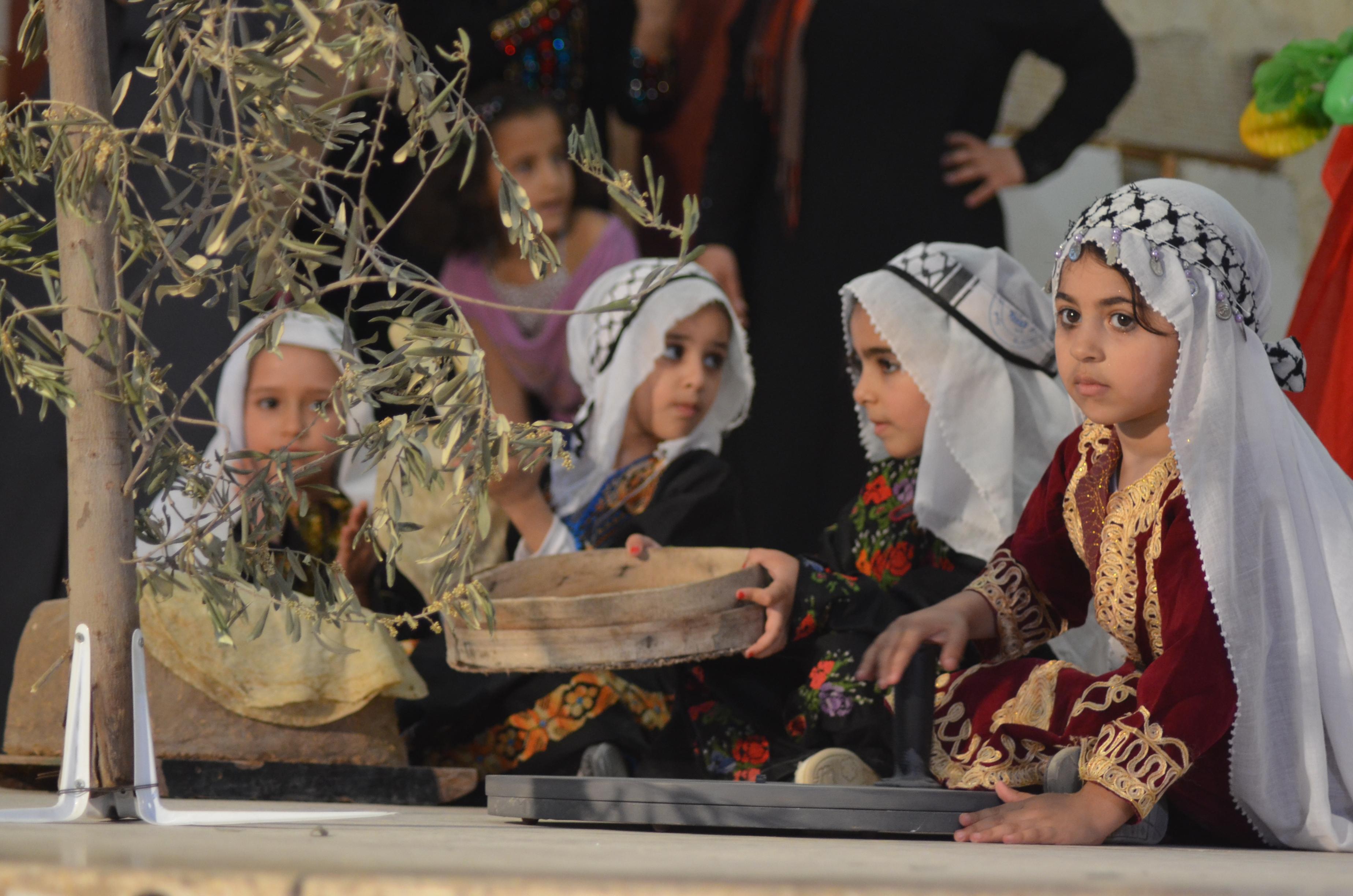 بالفيديو ..  ليّا وليّا يا بنية - صور نادره لنساء فلسطين