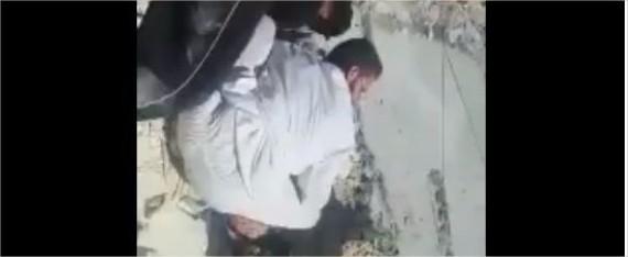 """بالفيديو  :مقطع مؤثِّر لطفلة سورية تناشد والدها إخراجها من تحت الركام """"بابا أبوس رجليك طالعني"""""""
