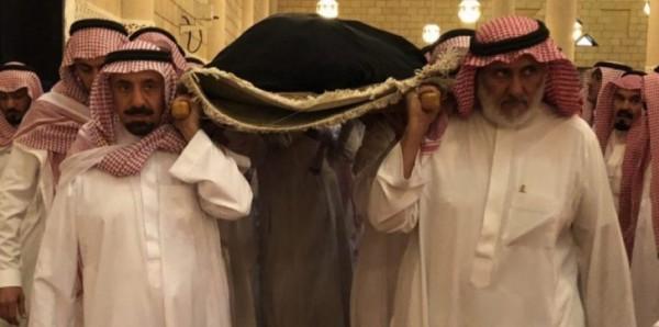 صورة مؤثرة لأمير نجران السعودية أمام قبر أمه