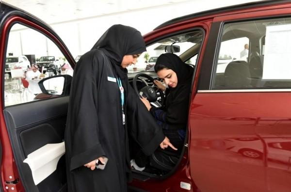 """""""الجيبة والصندل"""" ..  أكبر معوقات المرأة في قيادة السيارات"""