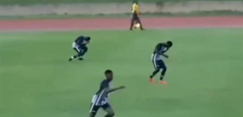 بالفيديو  ..  مشهدٌ مرعب  ..  البرق يصعقُ لاعبَيْن أثناء مباراة كرة قدم!