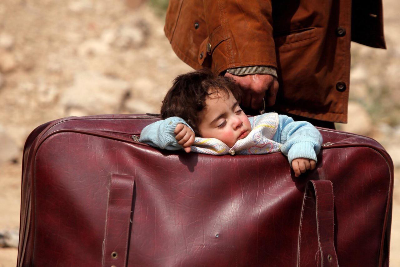 """طفلة """"حقيبة الغوطة"""" تتصدّر مواقع التواصل"""