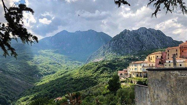 منازل للبيع بقرية إيطالية بأقل من سعر كوب قهوة