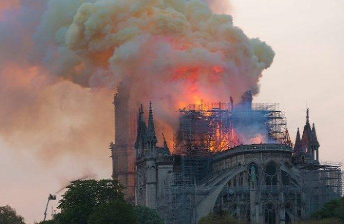 """ربما """"عقب سيجارة"""" !  ..  التحقيقات تكشف أسباب حريق أشهر كاتدرائية في فرنسا"""