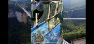 بالفيديو :مقلب الجسر الزجاجي في الصين الذي ينكسر خلال المشي عليه
