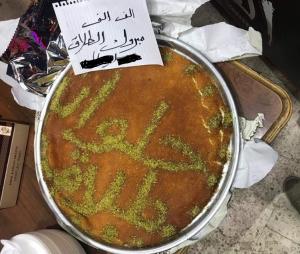 بالصور  ..  شاب اردني يوزع الكنافة بمناسبة طلاقه من زوجته