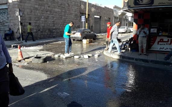 مياه الصرف الصحي تغرق شارعا في إربد