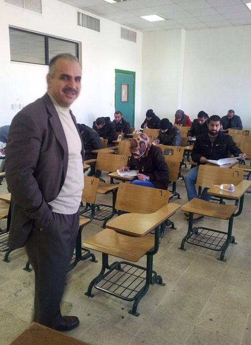مدرس جامعي يضع الحلوى والماء على مقاعد طلبته أثناء امتحانهم