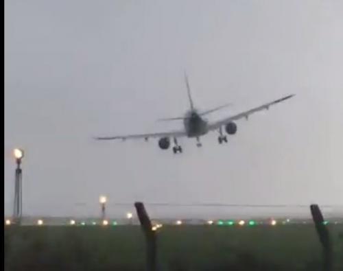 """بالفيديو  ..  الإعصار """"أوفيليا"""" يتلاعب بطائرة ركاب في الهواء و كاد ان يسقطها"""