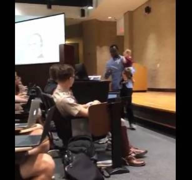 بالفيديو ..  أستاذ جامعي يحمل طفل طالبته وهو يلقي محاضرته