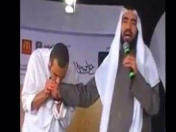 الشقيري يقبل يد الداعية طارق سويدان