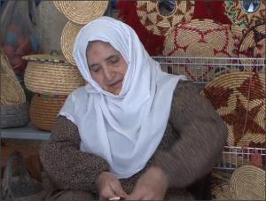 بالفيديو .. حجة فلسطينية تعيل أسرتها من صناعة القش