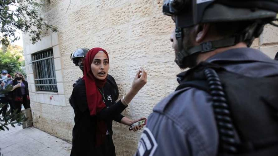 مستوطن يعتدي على الناشطة منى الكرد والاحتلال يعتقلها
