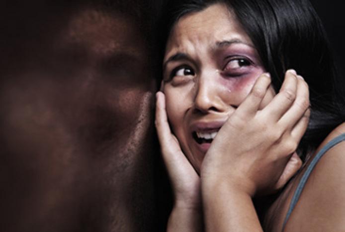 قصة صادمة  ..  بحجة تاديبها  ..  سيدة كويتية تنهال على خادمة بالضرب المبرح حتى فارقت الحياة