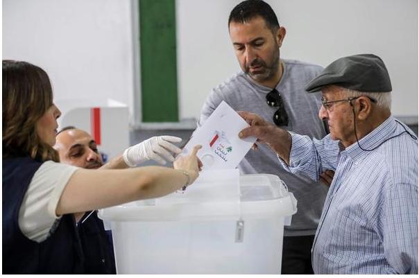 بدء عملية الاقتراع في لبنان لانتخاب أول برلمان منذ نحو عقد
