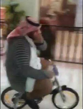 بالفيديو ..  معلم يقود دراجة صغيرة في ممرات مدرسة سعودية والتلاميذ يجرون خلفه