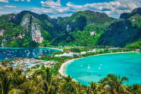 تايلند تعيد فتح حدودها أمام السياح بعد عام ونصف من الإغلاق
