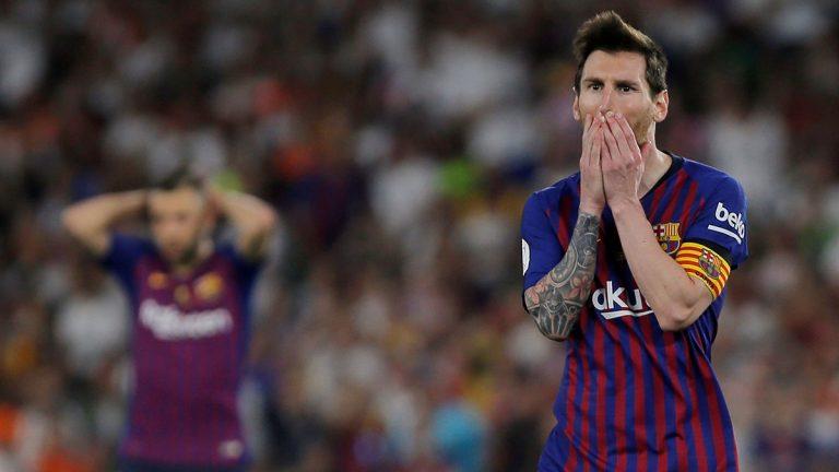 """ميسي يقود """"مباحثات أزمة"""" في برشلونة بعد خسارة كأس إسبانيا"""