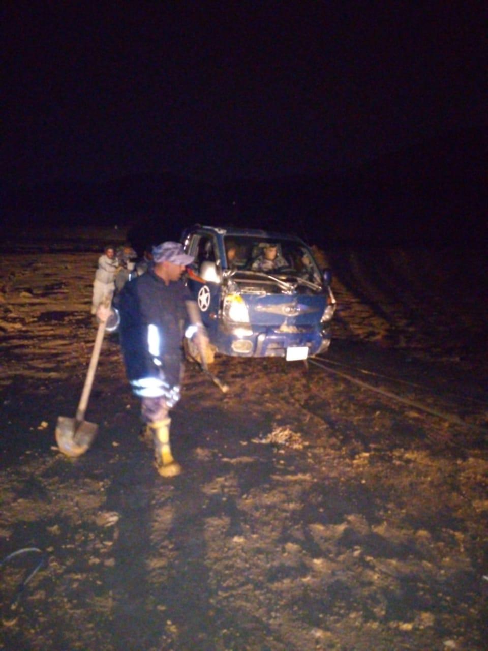 انقاذ شخصين علقت مركبتهم داخل مجرى سيل في البلقاء