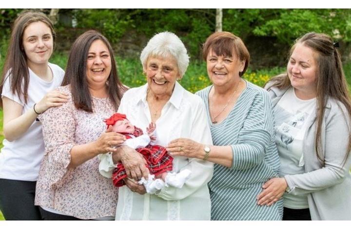 اسكتلندية تصبح جدة لـ ابنة حفيدة حفيدتها