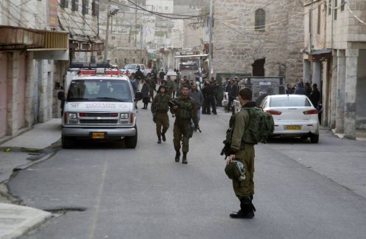 الاحتلال يعتقل 14 مواطنا ويهدم سقيفة بالضفة